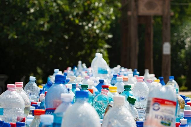 Garrafas separadas em ações doPlano de Gerenciamento de Resíduos Sólidos - PGRS